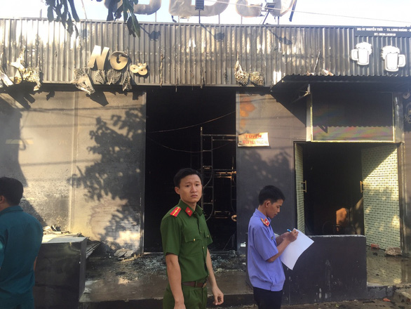 Police officers inspect the site of a fire at an eatery in Dong Nai Province in southern Vietnam on December 21, 2018. Photo: Tuoi Tre
