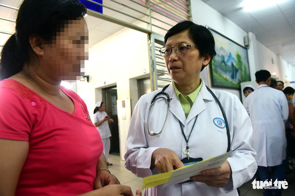 Dr. Tran Thi Bich Huong talks to a patient at Cho Ray Hospital in District 5, Ho Chi Minh City. Photo: Tuoi Tre