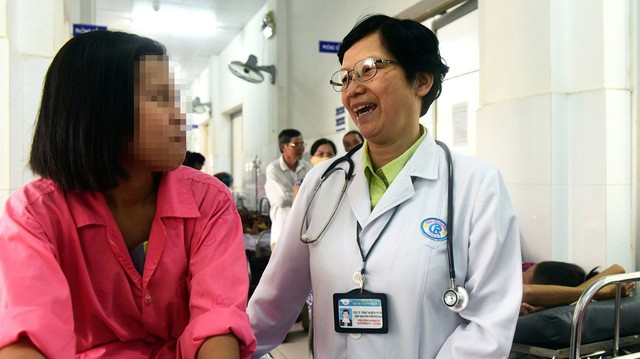 Dr. Tran Thi Bich Huong talks with her patient, H.T.T.X., at Cho Ray Hospital. Photo: Tuoi Tre