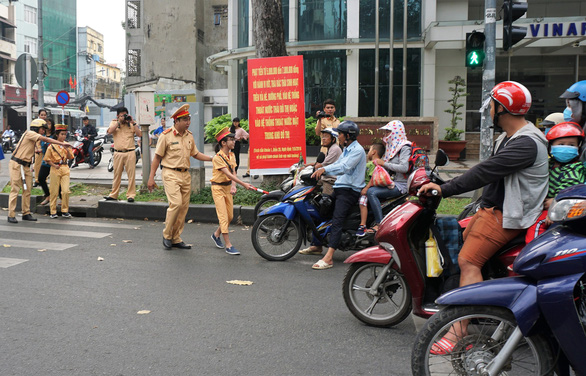 Vietnamese pupils spend a day as police officers