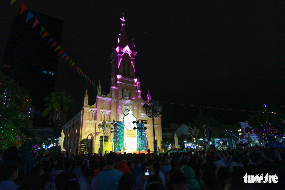 People at a church in Da Nang City on December 24, 2018. Photo: Tuoi Tre