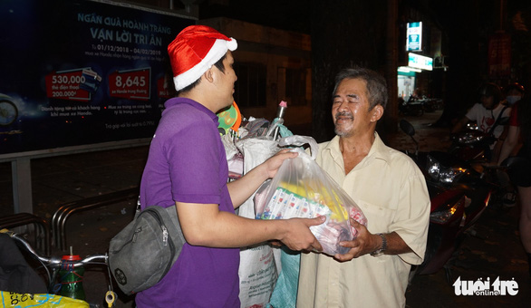 Ho Chi Minh City dwellers offer food, drinks to less fortunate on Christmas Eve