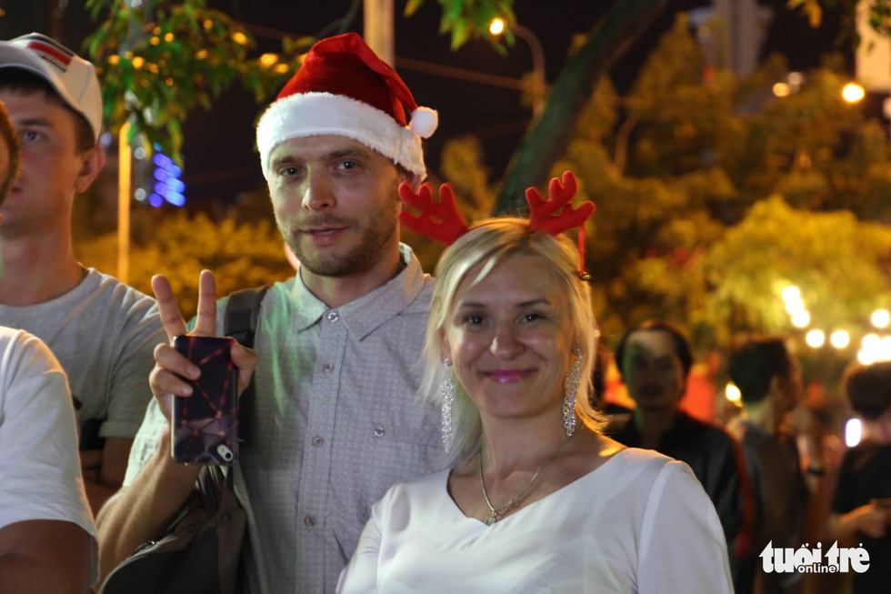 Foreign visitors celebrate Christmas in Nha Trang City. Photo: Tuoi Tre