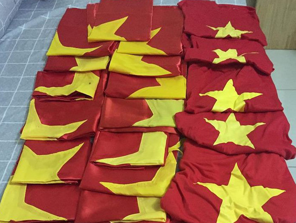 Young Vietnamese collect 300 national flags from football celebration for islanders