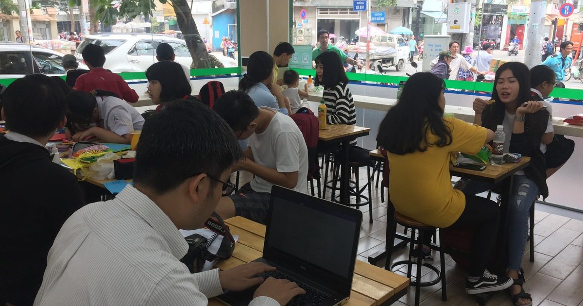 Ho Chi Minh City people have out-of-home foods and drinks at a convenience store in District 1. Photo: Tuoi Tre