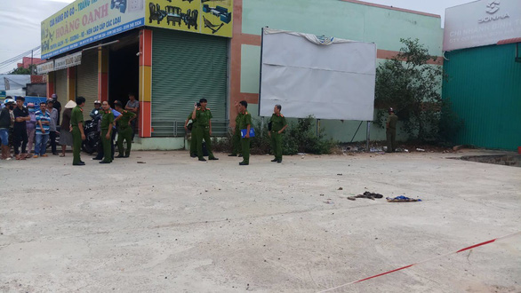 Vietnamese man, allegedly high on drugs, fatally stabs police officer before committing suicide