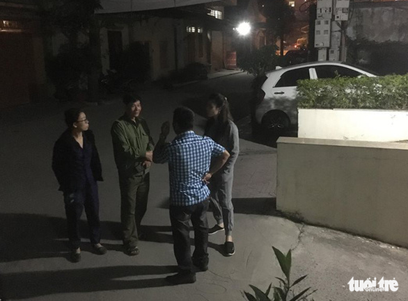 Local residents talk about the tragedy on the evening of the same day. Photo: Tuoi Tre