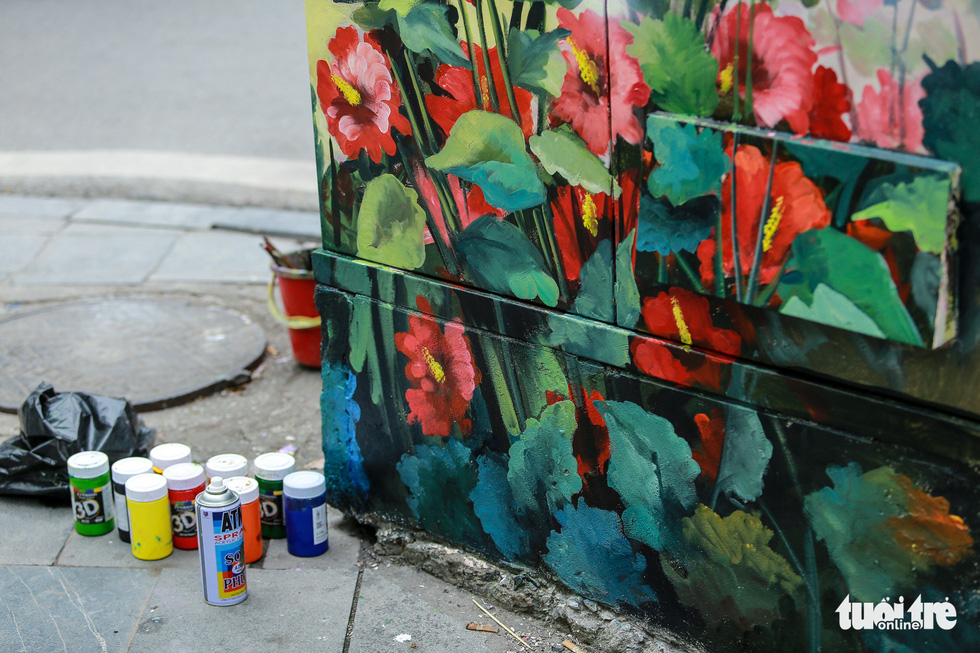 An electric cabinet is colored in floral patterns. Photo: Tuoi Tre