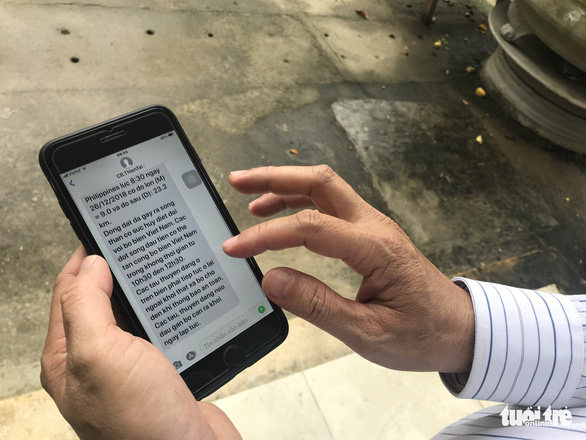 A text message on a hypothetical tsunami is sent to a mobile phone in Da Nang City, central Vietnam. Photo: Tuoi Tre