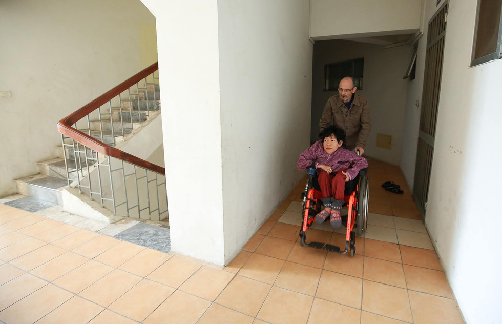 Neil Bowden Laurence and Nguyen Thi Van in her wheelchair: Tuoi Tre