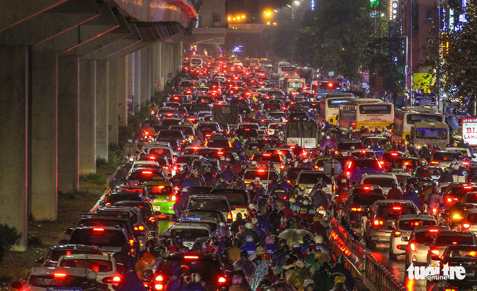 A traffic congestion on Khuat Duy Tien Street in Hanoi on December 28, 2018. Photo: Tuoi Tre