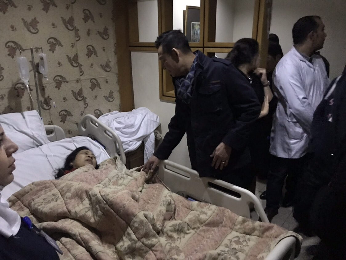 Vietnamese Ambassador to Egypt Tran Thanh Cong visits victims of a deadly bomb blast in Cairo on December 29, 2018.
