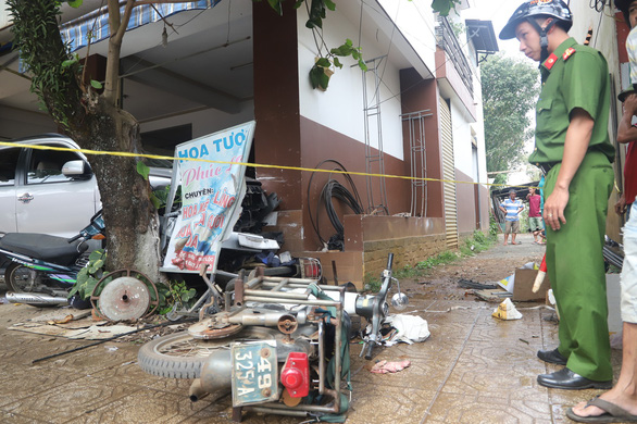 A motorbike is heavily damaged after the crash. Photo: Tuoi Tre