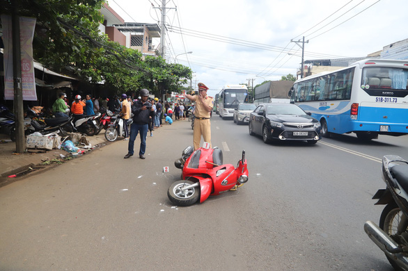 A motorbike lies on the roadway after being hit by the car. Photo: Tuoi Tre