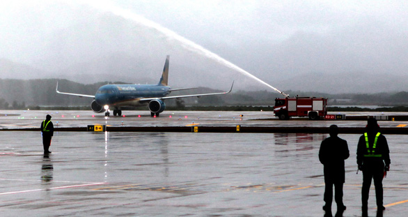 A plane is welcomed with a water salute at Van Don International Airport in Van Don District, Quang Ninh Province, December 30, 2018. Photo: Tuoi Tre