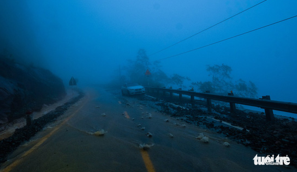 A car breaks down along the route. Photo: Tuoi Tre