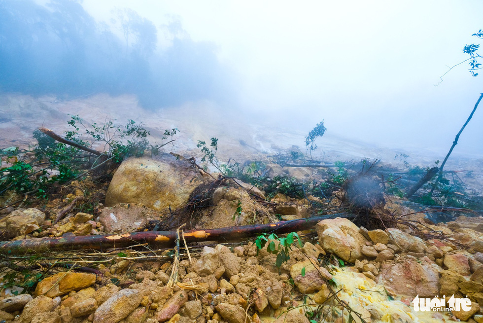 A serious landslide occurs along the path. Photo: Tuoi Tre