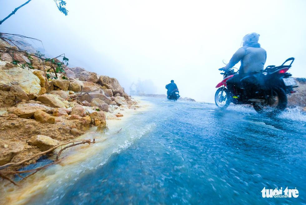 Commuters travel on Khanh Le Pass despite the mudslides. Photo: Tuoi Tre