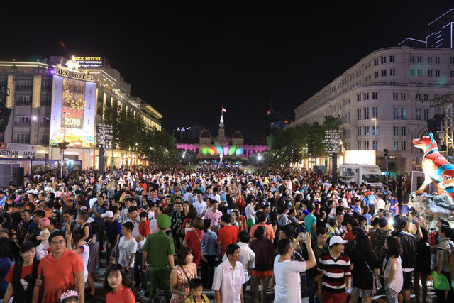 Visitors crowd Nguyen Hue Pedestrian Street on New Year's Eve 2018. Photo: Tuoi Tre