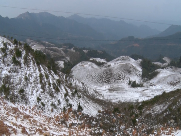 In tropical Vietnam, visitors rush to northern mountain to see frost