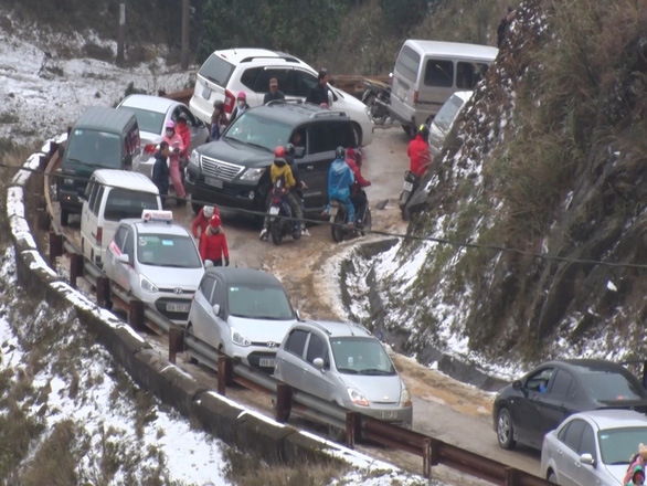 A section of the mountain pass is congested on December 30, 2018. Photo: Tuoi Tre