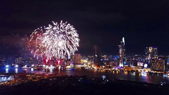 Fireworks explode over the sky in Ho Chi Minh City on New Year's Day. Photo: Tuoi Tre