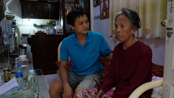 Vietnamese man cares for elderly friend abandoned by relatives