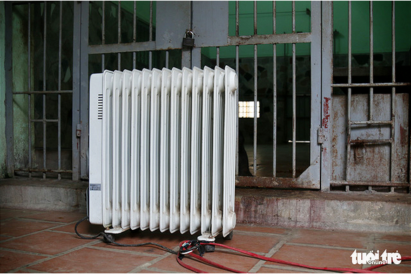 A heater is installed outside an enclosure at Thu Le Zoo in Hanoi. Photo: Tuoi Tre