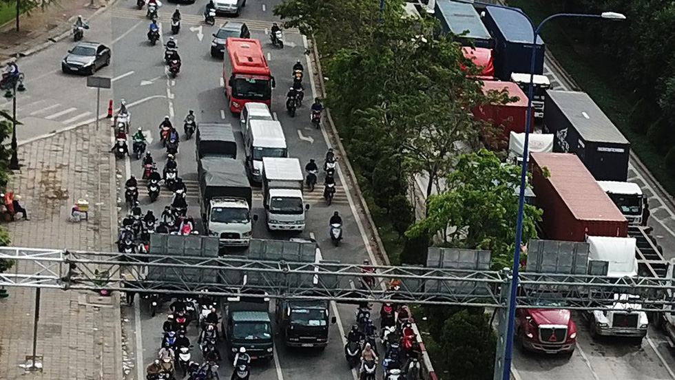 A combined lane on Mai Chi Tho Street in District 2, Ho Chi Minh City. Photo: Tuoi Tre