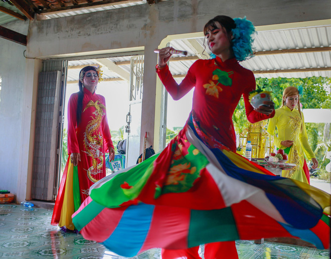Mua bong roi requires a man to put on female clothes and perform elegant moves. Photo: Tuoi Tre