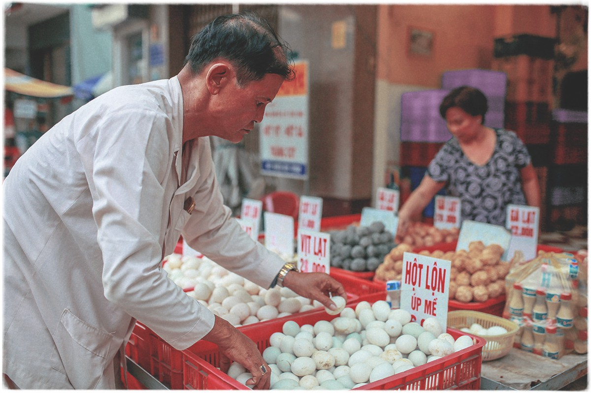 Le Minh Hung helps his family sell eggs for a living in his spare time. Photo: Tuoi Tre