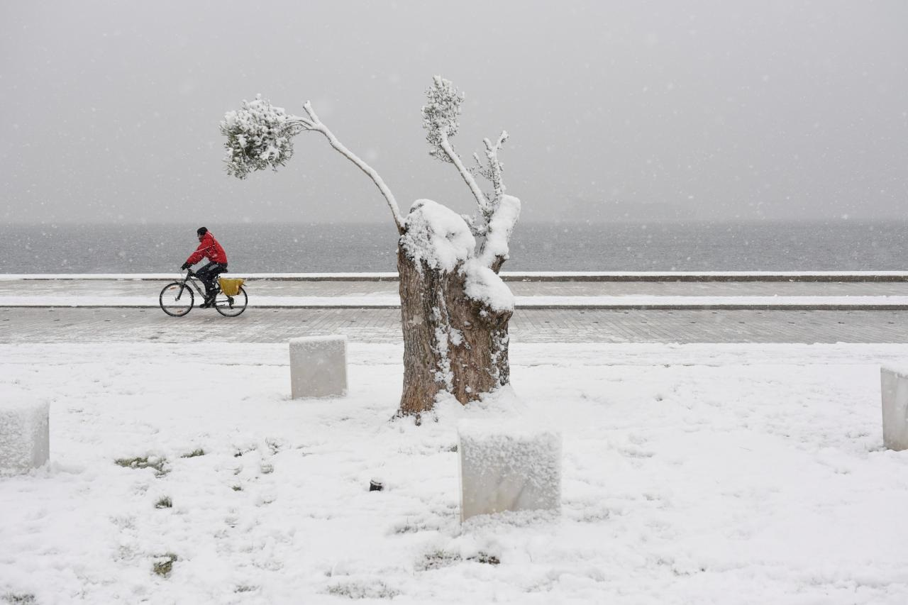 One dead, two missing after blizzards hit Greece