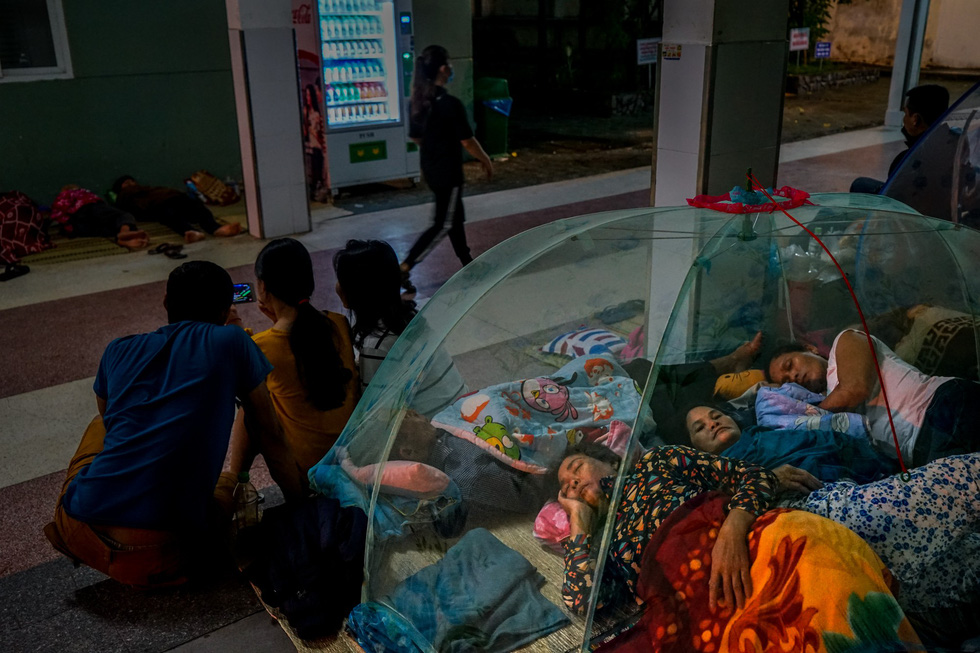 Relatives of patients sleep on a corridor at a hospital in Da Nang City, central Vietnam. Photo: Pham Vo Hoang Giang