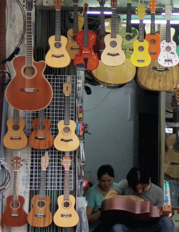 String instruments of different shapes, sizes and colors on sale on Nguyen Thien Thuat Street in District 3, Ho Chi Minh City. Photo: Tuoi Tre