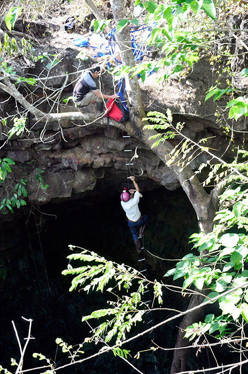 A man moves to the C7 lava cave in Dak Nong Province, Vietnam's Central Highlands. Photo: Tuoi Tre