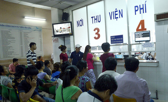 People wait to pay hospital fees at the Tu Du Hospital in District 1, Ho Chi Minh City. Photo: Tuoi Tre