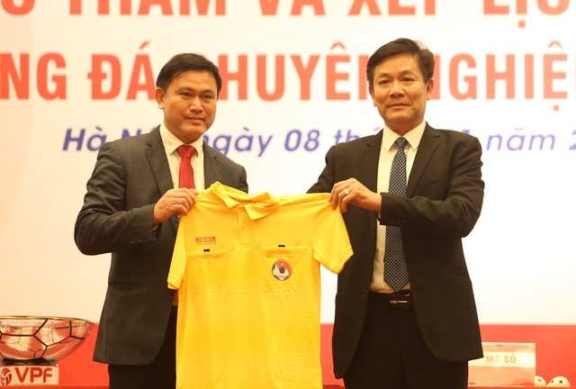 The official kit for referees in the 2019 football season is introduced at the meeting in Hanoi on January 8. Photo: Tuoi Tre