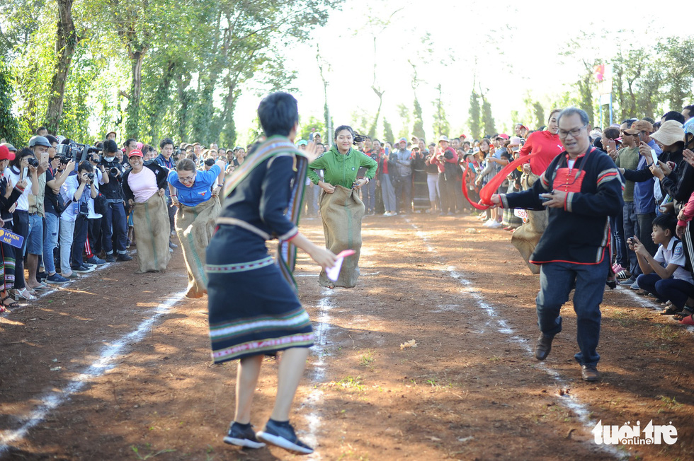 H'Hen Nie cheers for the players of the bag jumping game during her voluntary schedule in the Central Highlands province of Dak Lak on January 7, 2019. Photo: Tuoi Tre