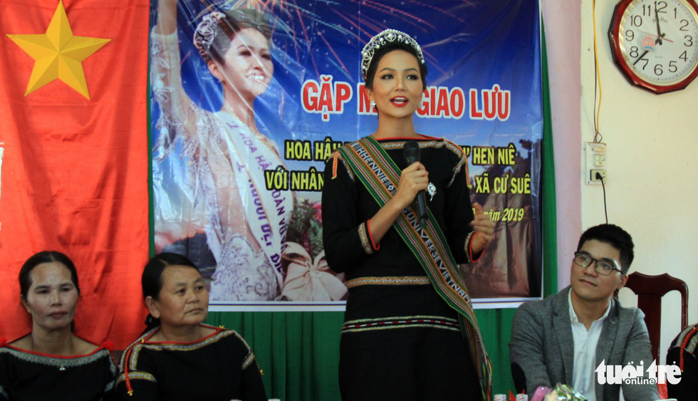 H'Hen Nie speaks at  a meeting with local people and the press during her voluntary schedule in the Central Highlands province of Dak Lak on January 7, 2019. Photo: Tuoi Tre