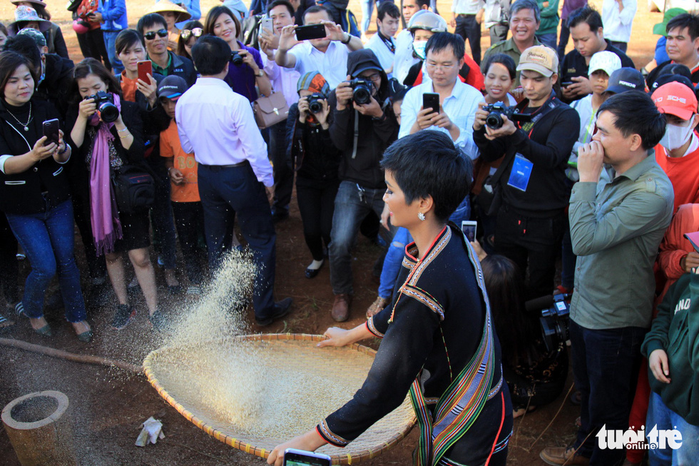 H'Hen Nie sifts rice during her voluntary schedule in the Central Highlands province of Dak Lak on January 7, 2019. Photo: Tuoi Tre