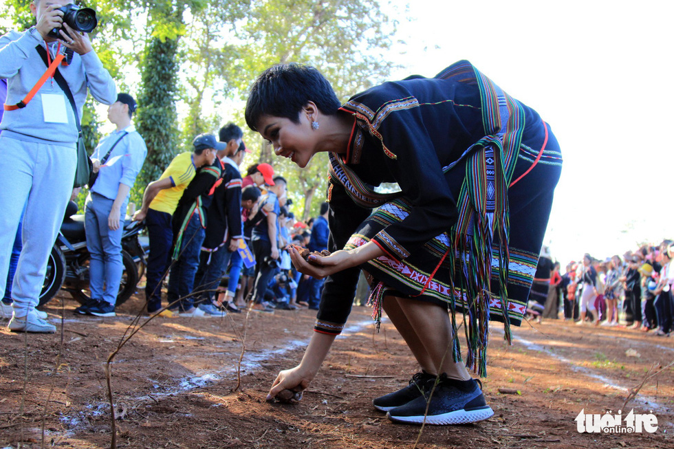 H'Hen Nie collects small rocks on the track for the bag jumping game during her voluntary schedule in the Central Highlands province of Dak Lak on January 7, 2019. Photo: Tuoi Tre