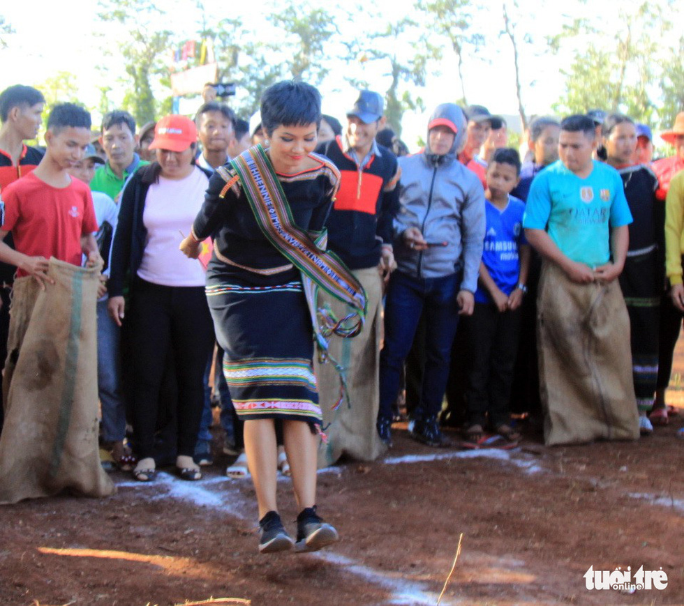 H'Hen Nie makes an example of the bag jumping game during her voluntary schedule in the Central Highlands province of Dak Lak on January 7, 2019. Photo: Tuoi Tre