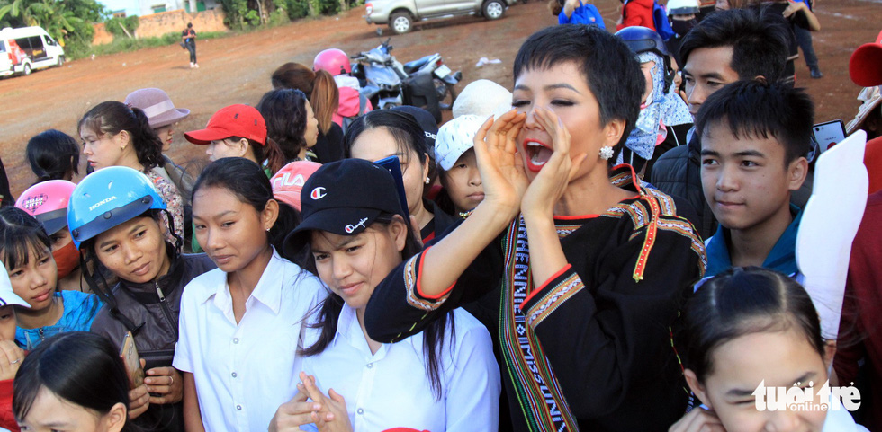 H'Hen Nie cheers for the players of the football game during her voluntary schedule in the Central Highlands province of Dak Lak on January 7, 2019. Photo: Tuoi Tre