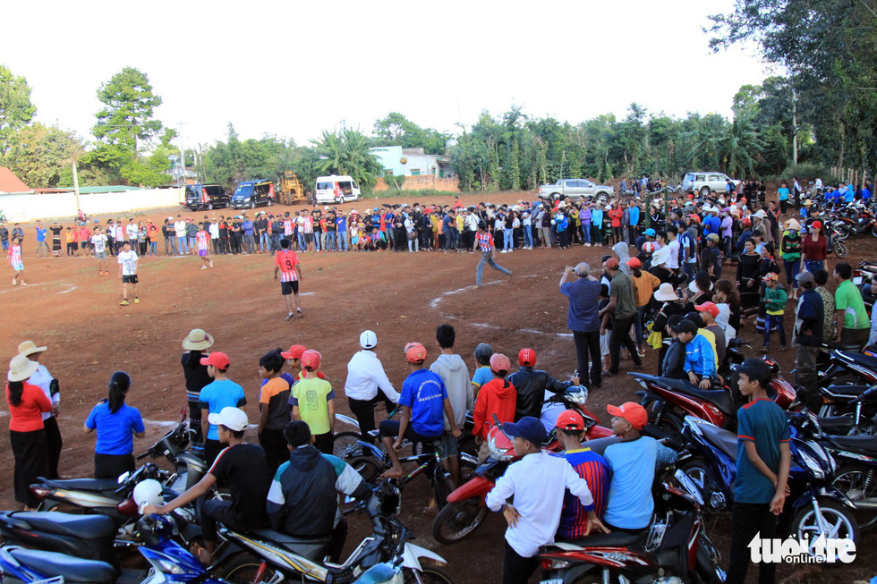 Local people gather for the sports session involving H'Hen Nie during her voluntary schedule in the Central Highlands province of Dak Lak on January 7, 2019. Photo: Tuoi Tre