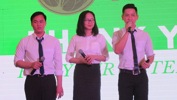 (Left to right) Cuong, Quynh and Phuc present about their product at a local talent contest. Photo: Tuoi Tre