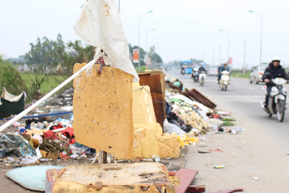 A long stretch of illegally dumped garbage is seen in Hanoi. Photo: Tuoi Tre