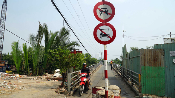 A motorcycle on the Phuoc Loc Bridge in Nha Be District, Ho Chi Minh City, Vietnam. Photo: Tuoi Tre