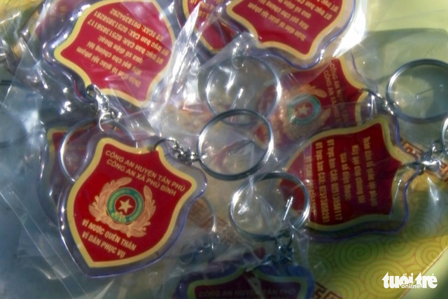 Emergency hotline keychains to be handed to residents by a police bureau in Dong Nai Province, southern Vietnam. Photo: Tuoi Tre