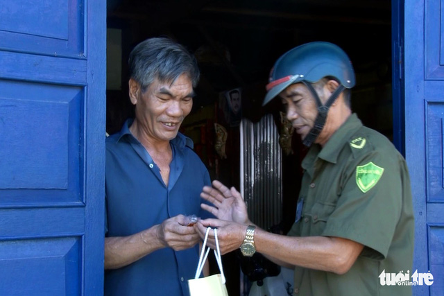 Vietnamese police give locals free emergency call keychains for better crime control