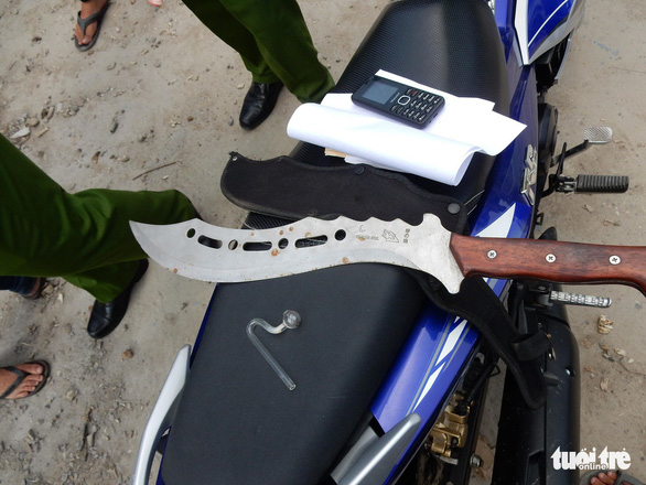 A machete and tool for synthetic drug consumption are found in a truck. Photo: Tuoi Tre